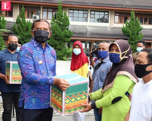 Serahkan 8000 Masker dan 250 Paket Sembako, Bupati : Ini Kepedulian Pemerintah
