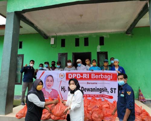 Mirati Dewaningsih Sambangi Lima Lokasi di Kecamatan Tehoru Bagi Sembako