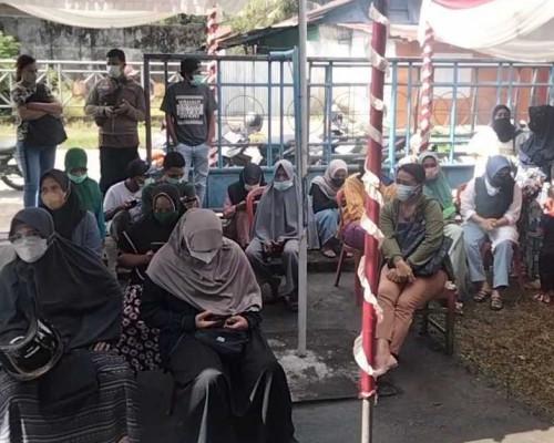 Foto: Warga Rela Antre untuk Mendapat Vaksin di Terminal Masohi